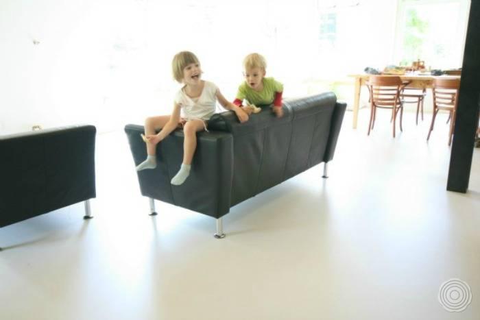 comfort voor het hele gezin kinderen spelen op de vloer dus